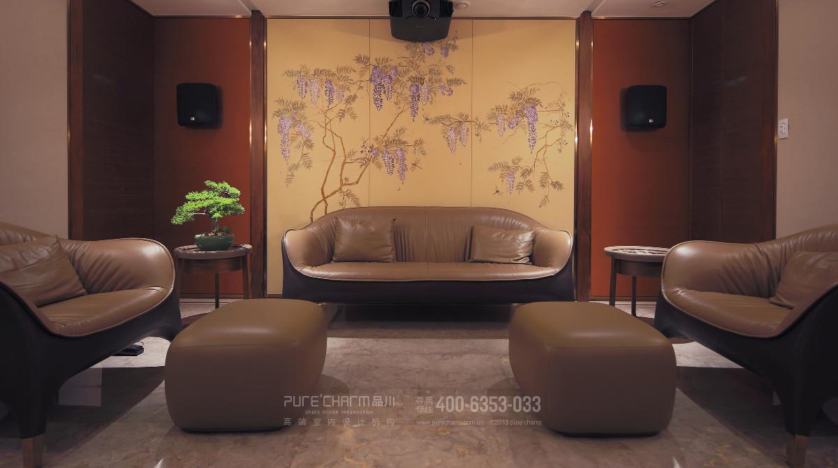 影音室,皮质沙发与花鸟背景墙的结合颇有法式中国风的意味。一株盆景浓缩雅趣,也让空间成了活物。