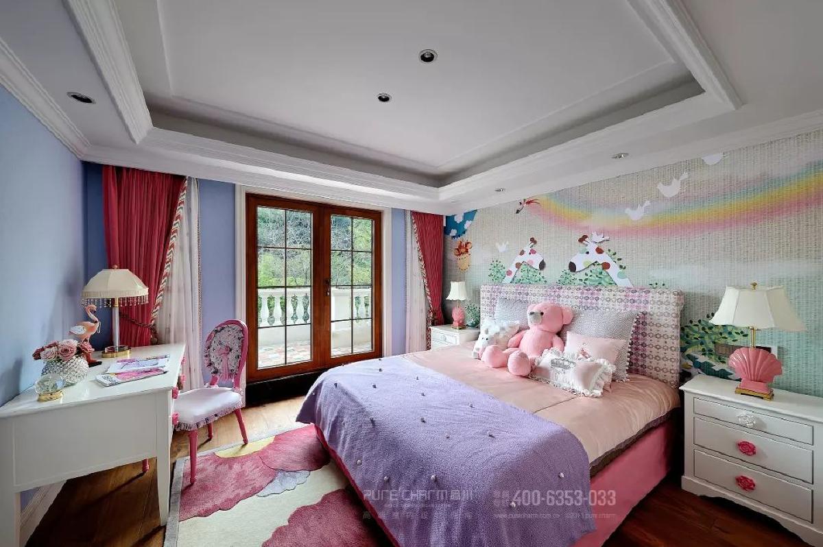 女孩房用粉色和紫色奠定梦幻基调,以贝壳、火烈鸟、卡通墙纸等元素,打造充满童趣的空间。