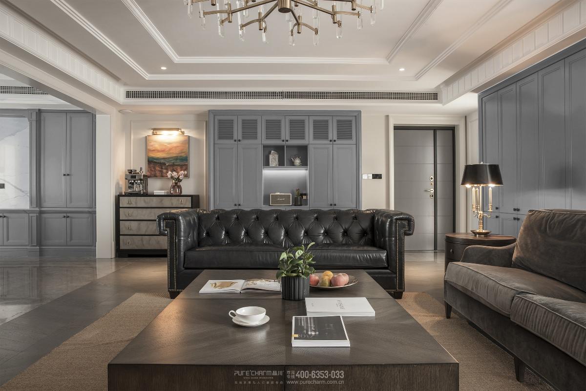 在客厅,近期的时尚新宠莫兰迪色系重新定义了高级感。氤氲的灰色薄雾中,空间绵延出令人颤栗的静谧和诗意。米灰和浅灰蓝这种不争不抢不浓重不妖娆的色彩,将美式优雅的线条刻画的更加迷人。