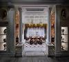 会客厅一侧是品茶区,设计师采用了英式的古典家具,金色的灯具与帷幔妆点其中,空间精致而富有气魄。这一刻,时光仿佛回到了18世纪的某个午后,茶香中,一场贵族的聚会正在进行 。