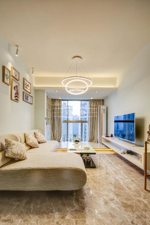 色彩简单,灯具简单,电视墙简单,吊顶简单,一切看似简单,但是却又不简单!