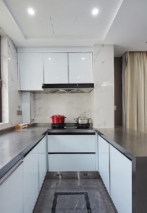 厨房图片来自家装大管家在130平现代轻奢舒适居 自然与时尚的分享