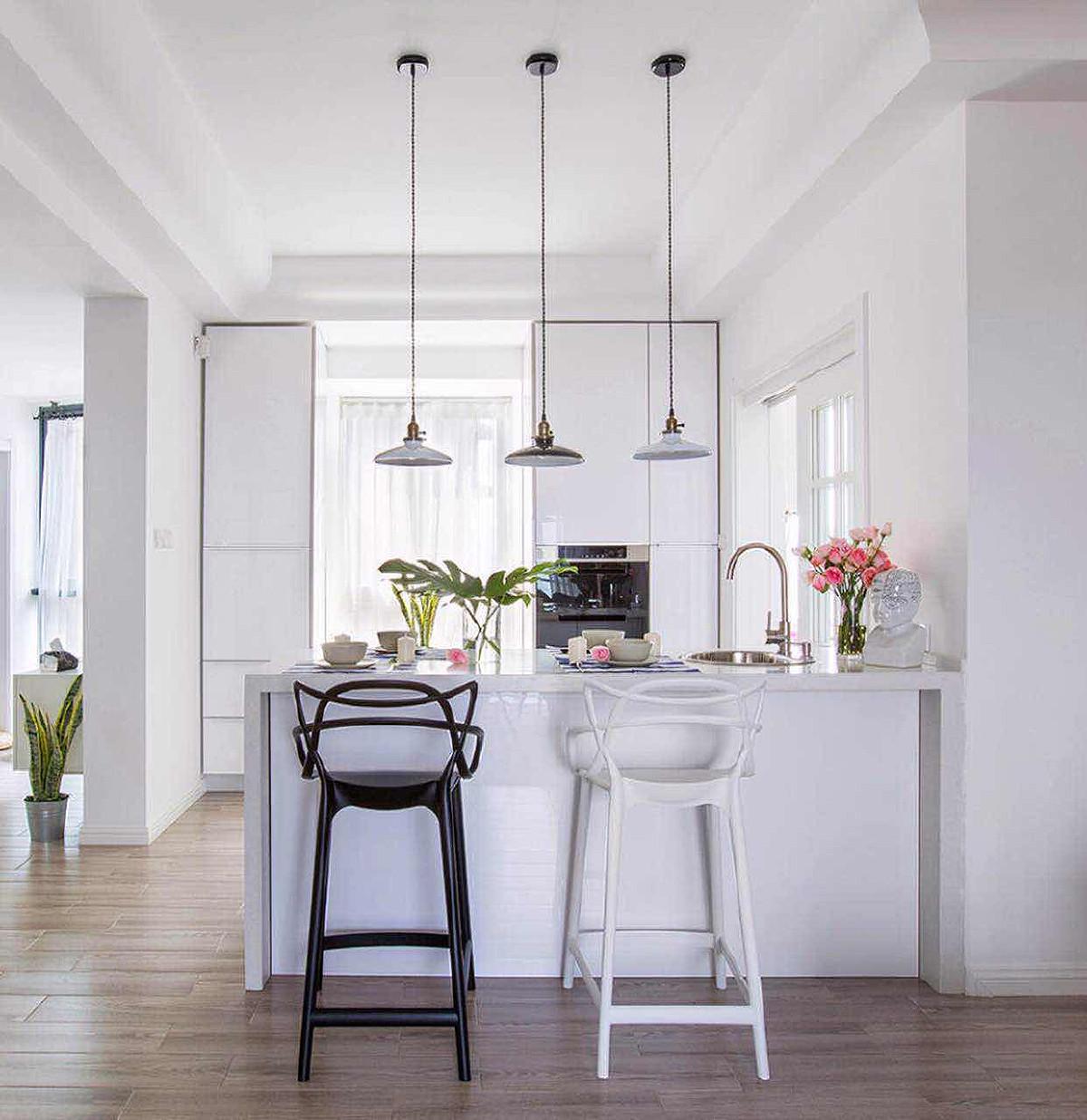 很大程度体现在家具的设计上。注重功能,简化设计,线条简练,多用明快的中性色。