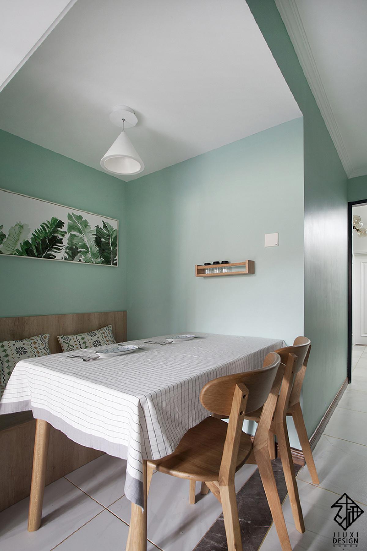 餐桌依靠的这道墙,之前是卫生间的门洞,经过设计改动后,改在了客厅的方向。而这片区域临近厨房,又可以借到一定的采光,作为被挤出来的餐厅是最适合不过的了。