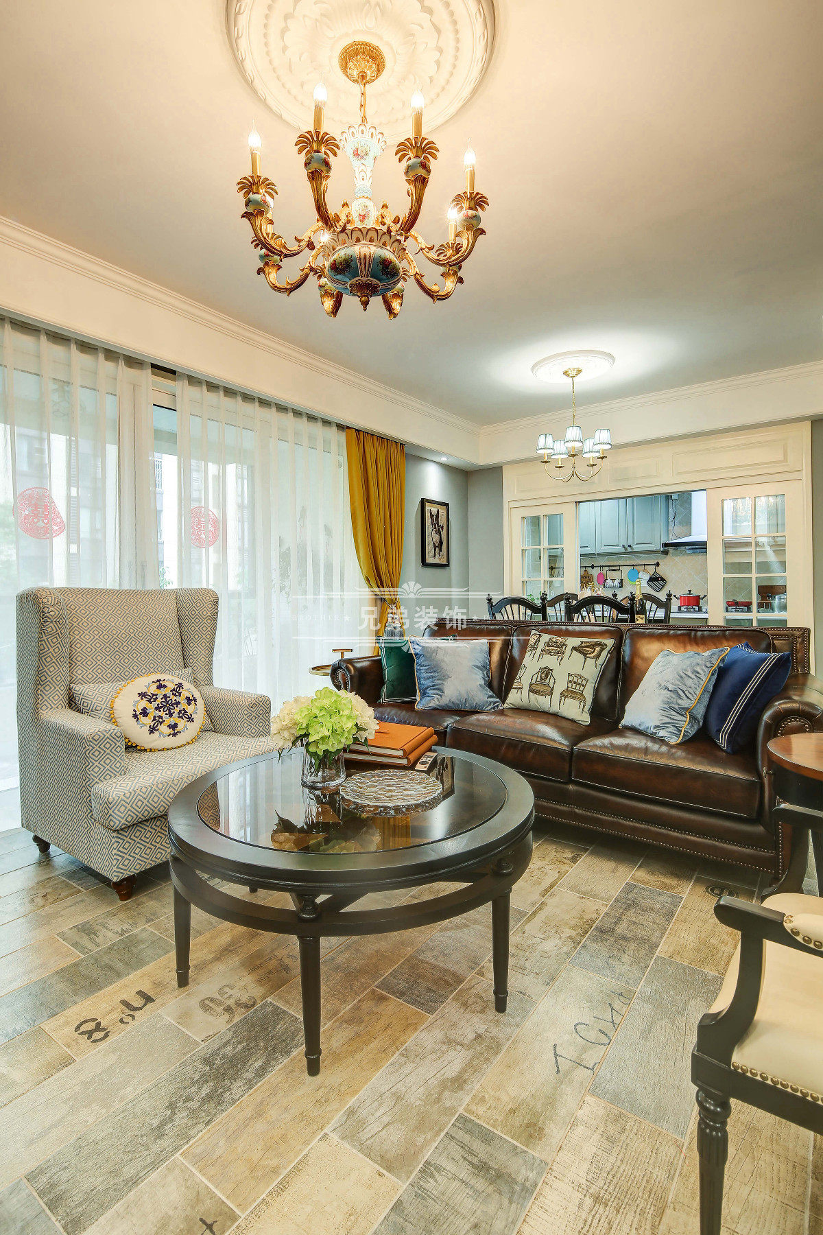 客厅随处可见囍字,吊顶简单不失格调。小两口坐在皮式沙发上,相依看电视,也是一种小滋味。