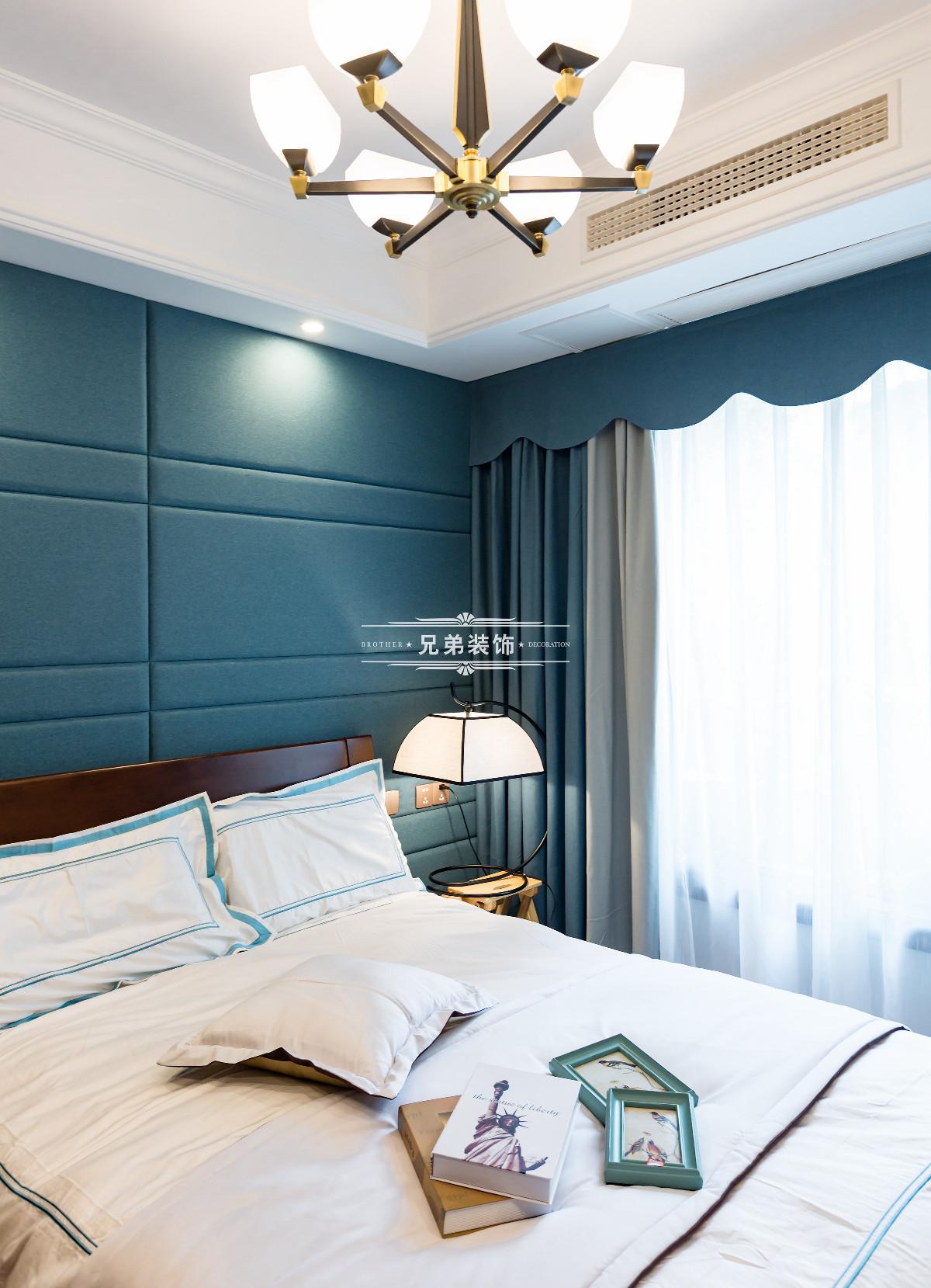 本套作品为新中式风格,作品中采用驼色为主要的基调,在整体的色系上秉承统一协调性,贯穿整体的设计思路,在形象装饰墙面打破传统的格局,采用中式的案台和博台架的形式,让家更加的活跃生动