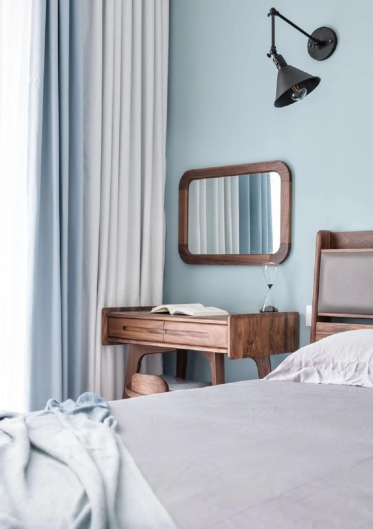 床边设置梳妆区,取代床头柜功能,木色在蓝色背景的衬托下更显质朴质感