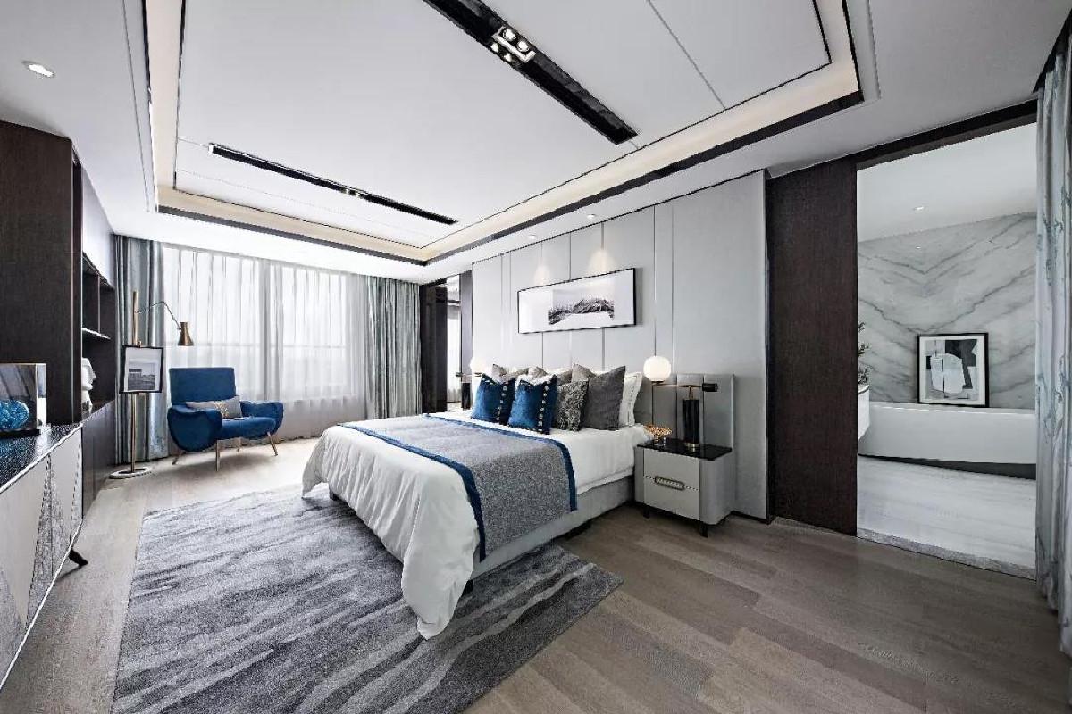 主卧顶面、立面均可见客餐厅的手法,呈现沉静理智。对称的空间分割方式,与柔软舒适的床品呼应,表现出细腻的质感层次,于时尚别致中暗藏迷人细节。阳光缓缓渗入,温暖流淌。