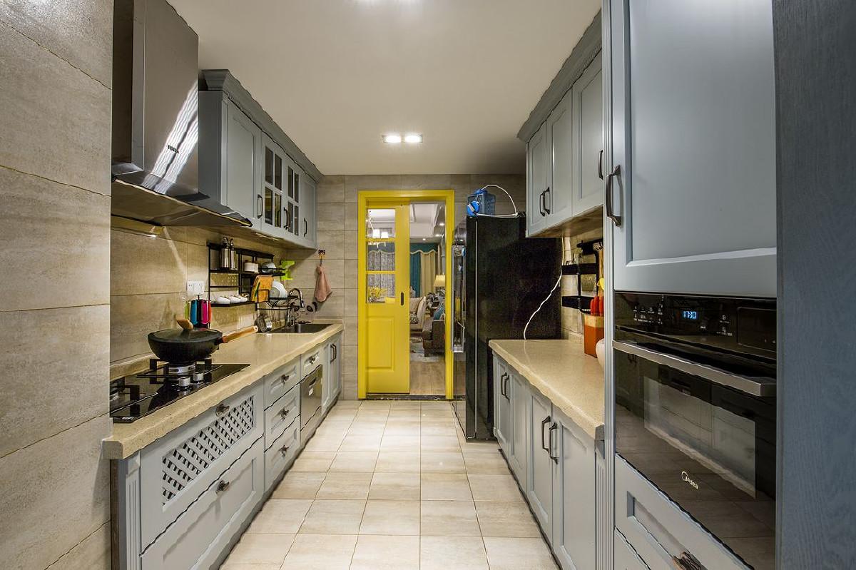厨房装修:亮黄色的厨门瞬间清爽了这个油腻的厨房。同时,厨门是谷仓门款式,极省空间,不用预留开门的过道空间。