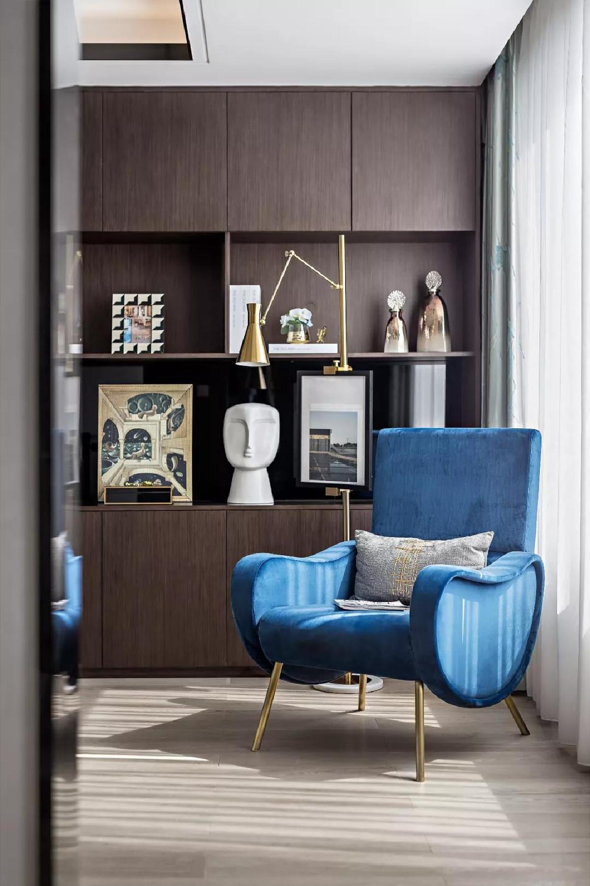 用温柔的杏咖为主,佐以沉静的灰蓝,柔软的绒面沙发与来自窗外的光,勾勒出一幅岁月静好的画。等一个清晨阳光暖,春衫薄,煮一壶茶,感受诗酒年华。