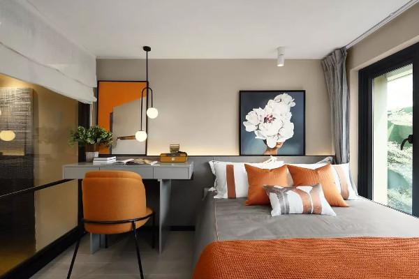 二层卧室,充满活力的橙色基调延续至此,定制挂画的点缀给人以无限想象和审美体验。