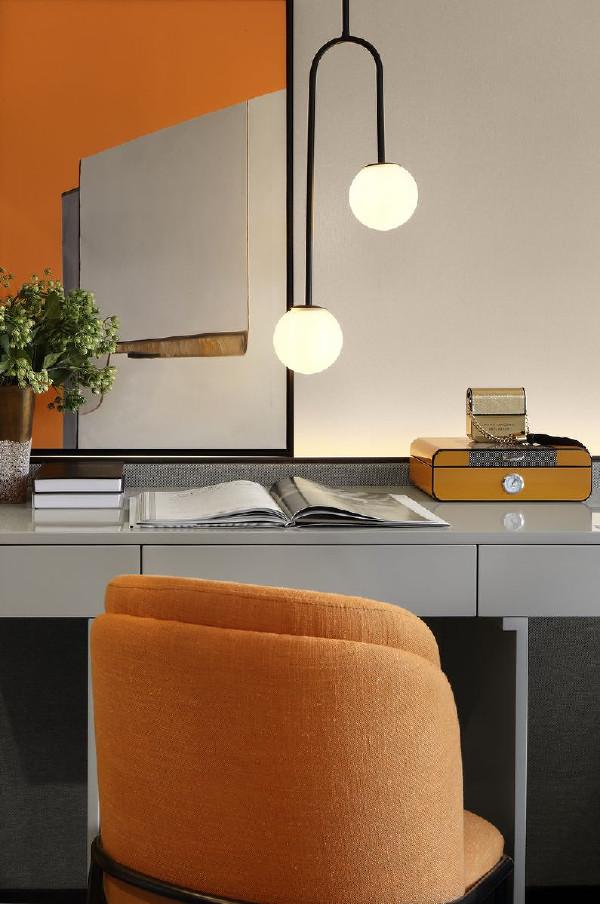 灰色烤漆木饰面书桌,金属布艺座椅,在柔和的光线里,为房间主人增加了一个可以自由支配的生活空间。