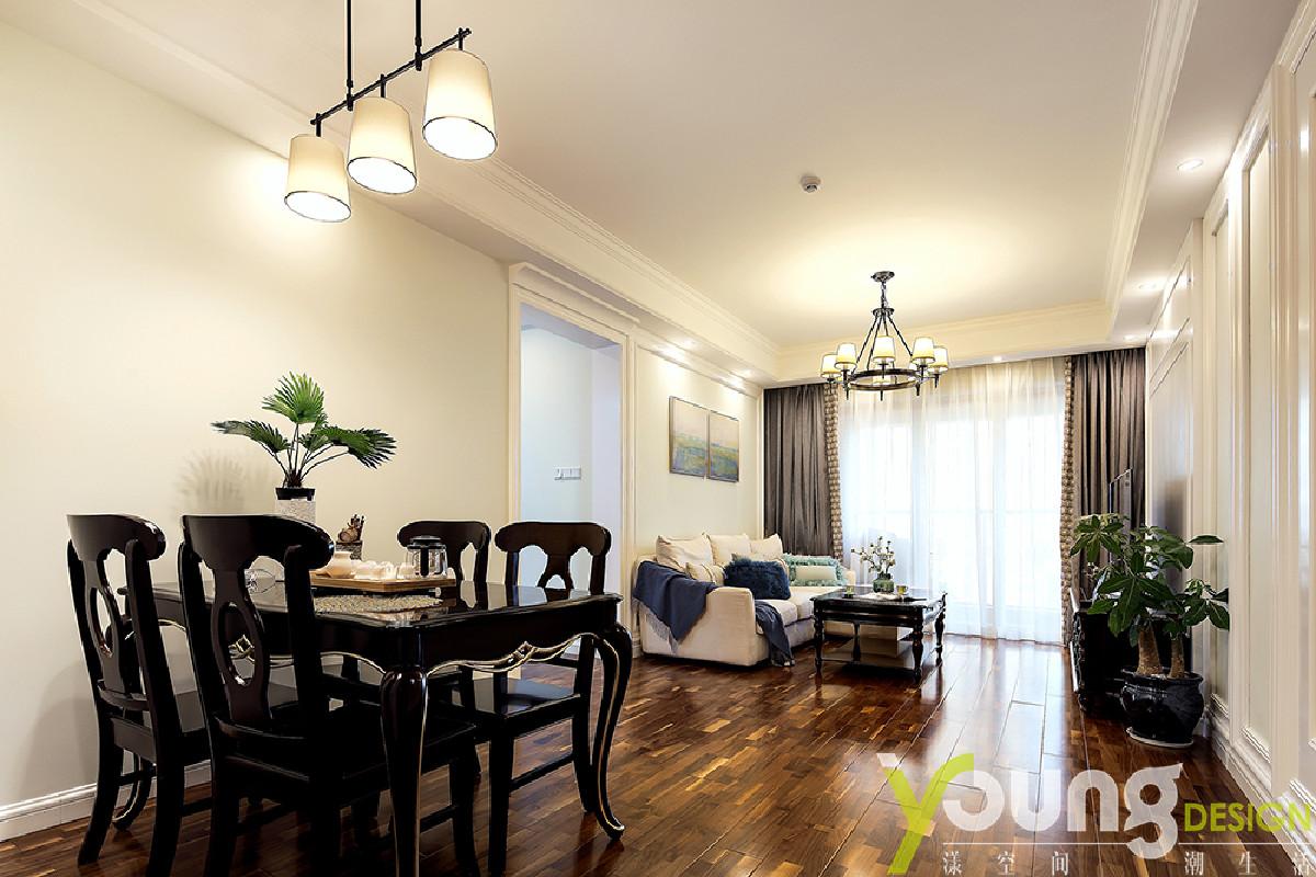餐厅中,深色的桌椅,在筒灯的照耀下,呈现出鲜明的对比,为空间灌注一丝稳重。