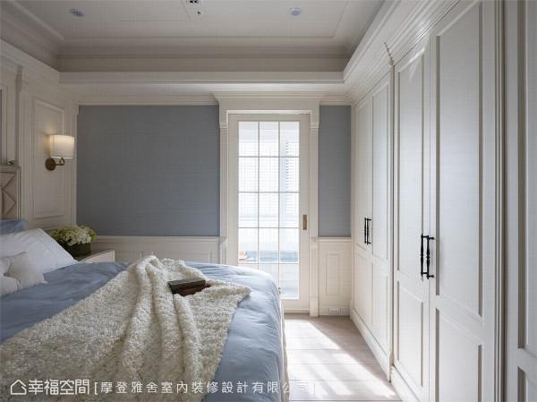 空间延续 延续公共空间的风格质感,主卧房以淡淡的海洋蓝与象牙白,予人耳目一新的舒适感受。