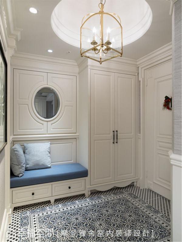 蔚蓝玄关 海洋蓝的印花地砖将入门后的玄关装饰出赏心悦目的清新感受,并搭配王思文设计师向来擅长的实用美形收纳空间。