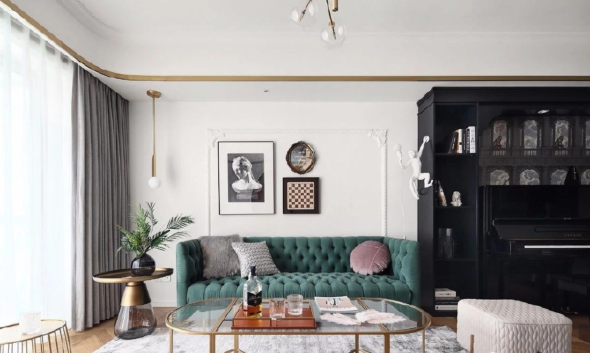 沙发背景墙简单却充满艺术性,搭配天鹅绒家具与金属镀铜元素