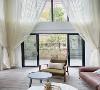 客厅装修:整个空间以素雅清新为主。白色的墙面,透光的窗帘,灰木地板铺满客厅,进口的棕色皮质沙发充满质感,编织物装饰营造出大自然的氛围,整体感觉是温暖、质朴、简约。