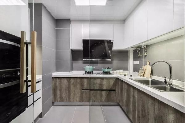 厨房装的是清波墙与推门,咋一看以为是开放式厨房。想要开放式厨房,但又担心油烟问题的朋友,可以考虑这种做法哦。