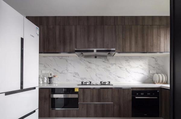 厨房,大理石瓷砖铺贴防溅背景,搭配深木色橱柜门,质感大气