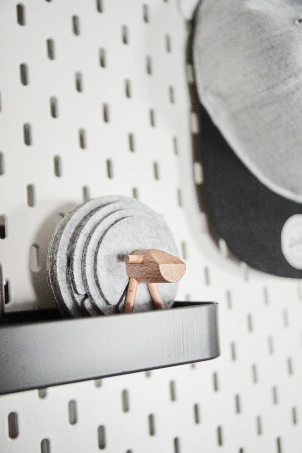 宜家洞洞板搭配不同配件,满足各种收纳需求。