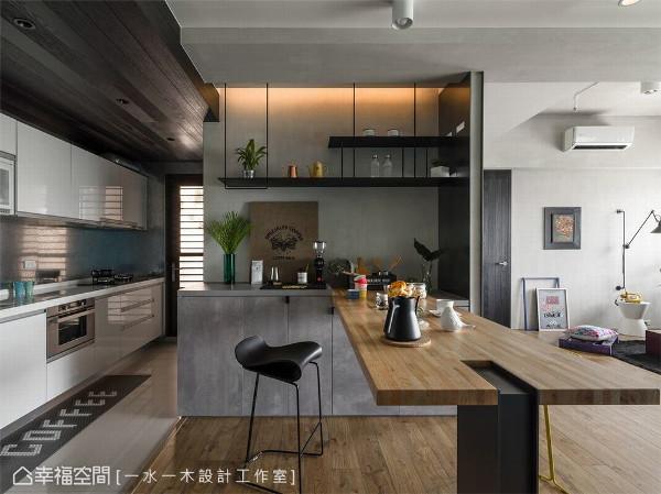 厨房设计 厨房地面避免水汽弄坏木地板,维持标配的磁砖,使用带有磁性的镀锌铝板做为防溅板,可以memo料理步骤或者留言,亦呼应电视墙材质。