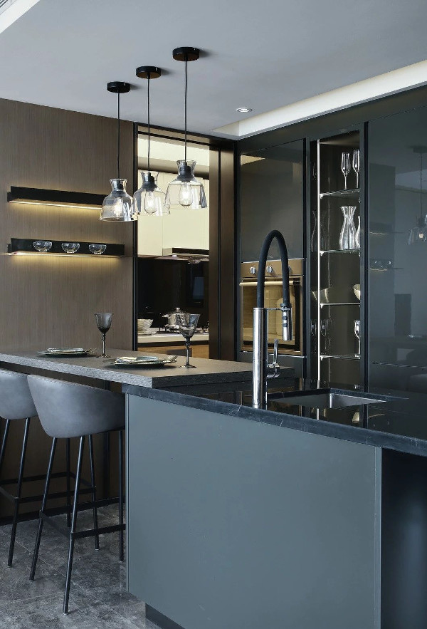 """开放的厨房运用了全黑的色调,冷酷而严谨,当五颜六色的食物被生产出来,摆满台面,那人间的""""烟火""""才跳脱出来,构成强烈的画面感。"""
