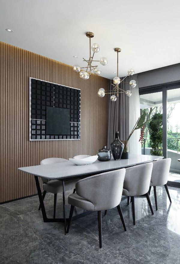 """从客厅到餐厅,设计师用""""灰""""坐稳中庸,再将其他色彩有度的展开,表现了张与弛的分寸感。"""