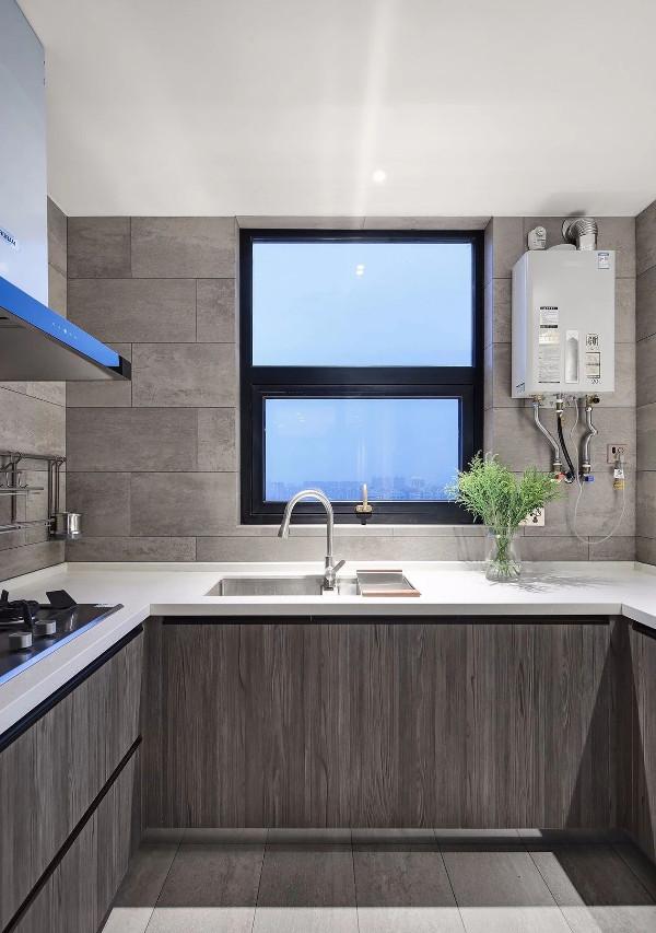 中厨区,地面与墙面通铺石色工字铺瓷砖,灰系木纹地柜配白色台面,素雅干净