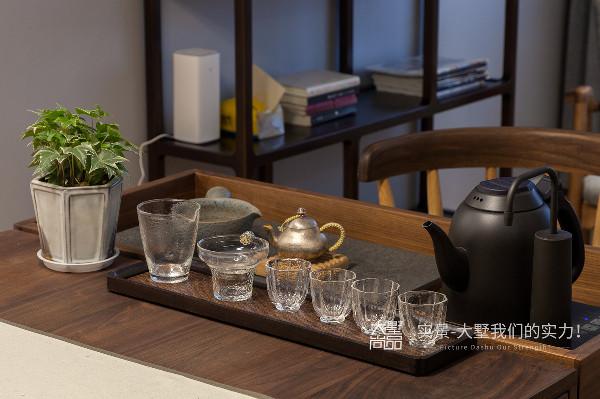 细心的你可能已经发现了,品茶台是专门定制的可拆卸款,平时可放在角落里,在需要的时候再安装到书法桌旁。