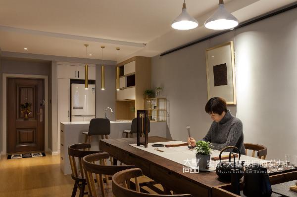 此处为多功能厅,兼具书法区以及喝茶休闲区的功能,满足业主的书法、绘画以及品茶的爱好。