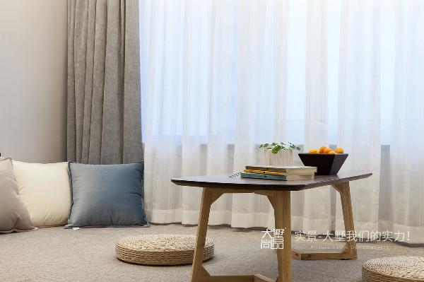 靠近窗户的位置下方有一根突出的地梁,设计师用塌塌米把地梁包起来,搭配舒适的软席和坐垫,既可以坐在这里安静的看书,也可以与友人一起临窗谈笑,还可以当作休息的床。