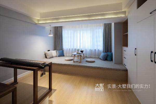 二楼休憩室,窗户旁的榻榻米平台满足品茶、听琴、休憩的功能,整个空间同时兼具琴室的使用要求。