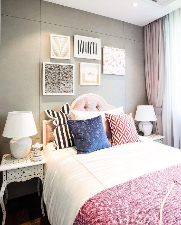 女孩房的设计,经由马卡龙色调的轻甜组合,在柔软温暖的拼色地毯上,安放着粉白相间的小床,加上芭蕾舞元素靠包装饰点缀,仿佛身在童年轻快的幻梦之中。