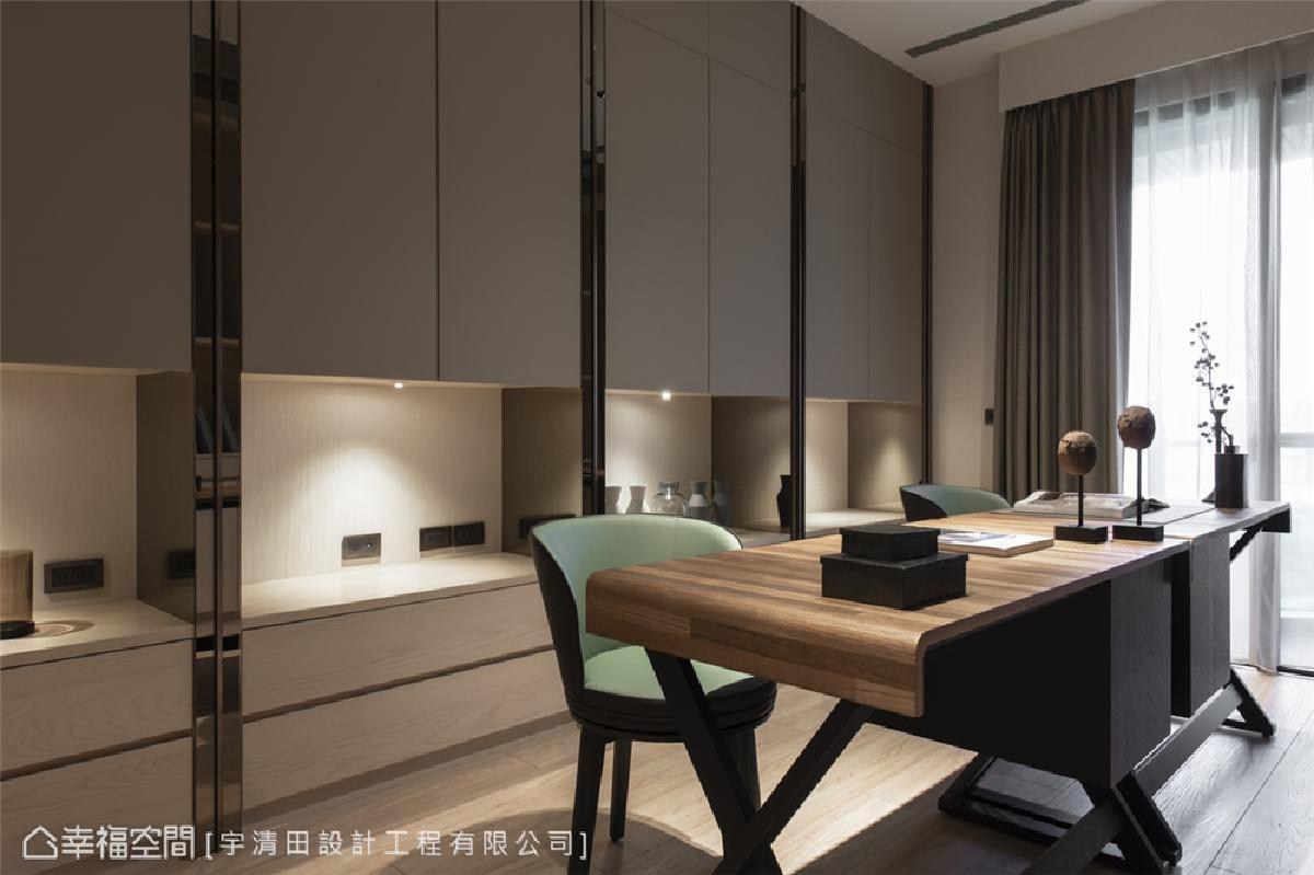 书房 双人式的造形设计感书桌,让新婚夫妻能享受并肩阅读的静谧与亲密。背后收纳书墙的规划,充足收纳量之外,还有3C用品插座的齐全规划,机能配置理想舒适。