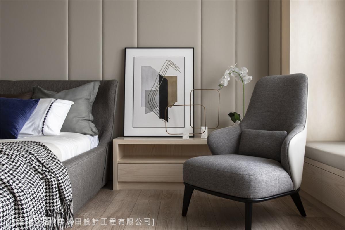 静谧气质 床头背墙以大面积壁布的米黄色调,加上线条比例勾勒的简约气息,营造岁月静好的沉稳柔静。