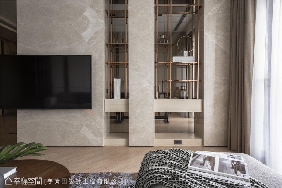 抢眼立面 电视墙以石材直线分割的线面美学,加佐金属格栅、木作、茶玻,共同组构展示机能及若隐若现的透视效果,让客厅与书房形成最适切的场域互动关系。