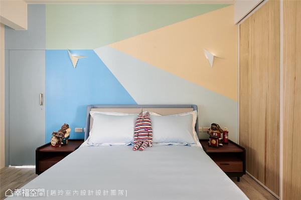 男孩房 为了让课业沉重的高中男孩拥有充满想像与童趣的房间,在床后面的墙上采用了大面积的几何色块,搭配纸飞机的几何灯罩,给男孩一份缤纷的惊喜巧思。