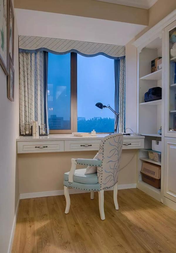 书房木色地板搭配奶咖色墙面,增添空间温暖感,沿窗口木作写字台面与收纳柜体,增加空间使用机能