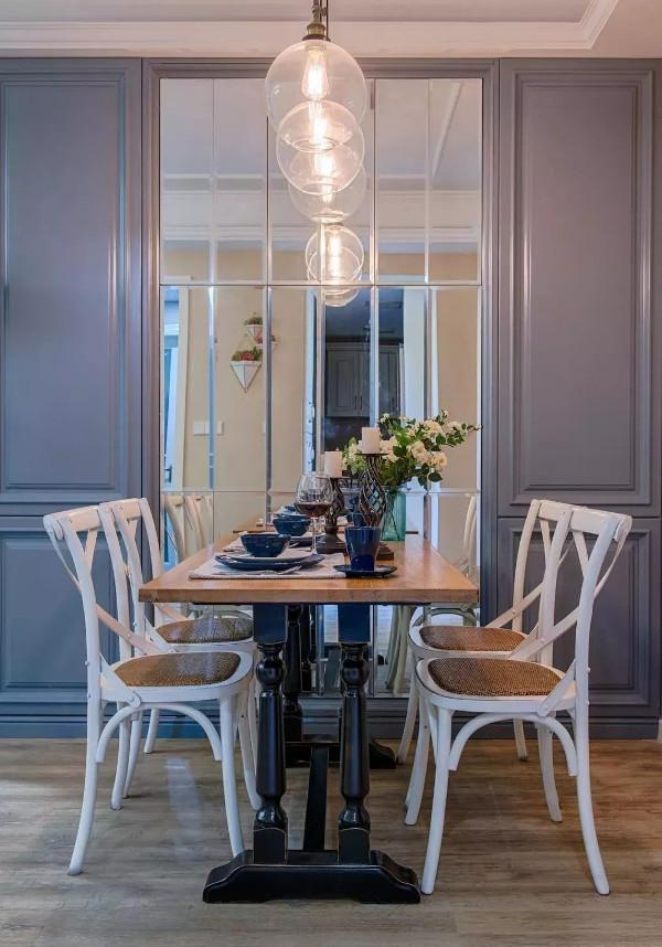 木作整面柜体墙作餐厅背景,同时解决原户型鞋柜的尴尬位置,灰色柜门线条造型赋予层次感,镜面装饰过渡空间色彩的同时拉伸视觉