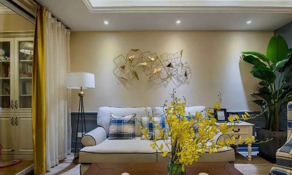 一张实木茶几,搭配融合空间色调的地毯,金色布帘与一盆跳舞兰,提亮空间色彩,营造活跃气氛