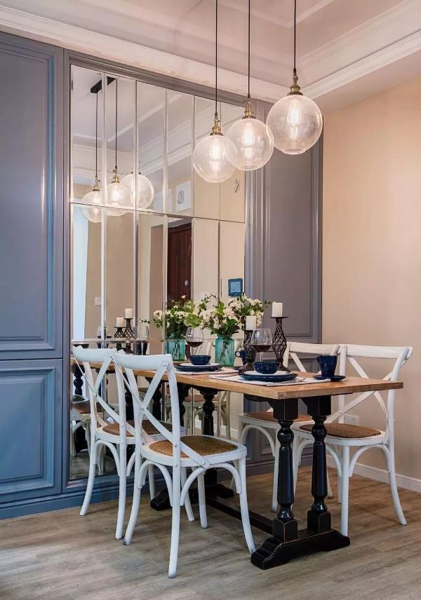 餐厅原木色地板搭配奶咖色墙面,整体延续客厅风格,一套实木餐桌椅轻盈赋有自然质感,精致的餐具与唯美的布置提升整体颜值