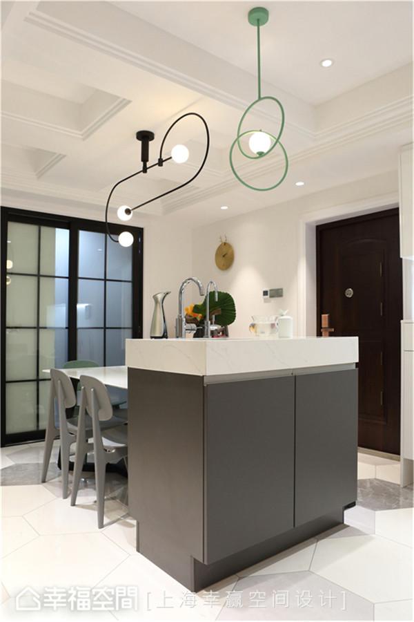 中岛设计 上海幸赢空间设计将厨房格局重新配置后,增加中岛连贯餐厅空间,并以玻璃拉门阻挡厨房油烟,打造实用美观的开放场域。
