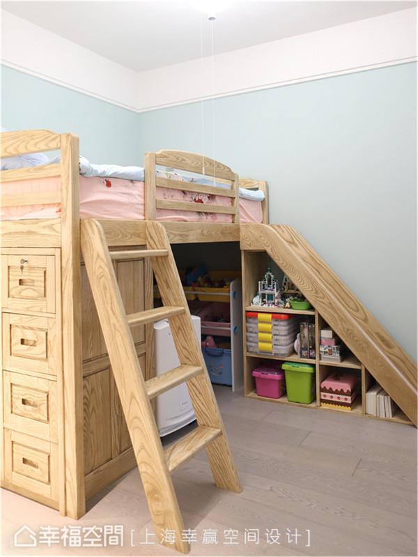 儿童房 由于屋主小孩喜爱玩溜滑梯,因此设计师便规划床位与书桌、收纳于一体,多出的区域则可作为其活动空间。