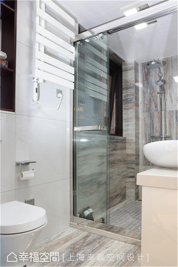 卫浴空间 将原有的小阳台释出部分给卫浴空间后,便增加了淋浴间,打造干湿分离的好清洁、高便利性舒适生活。