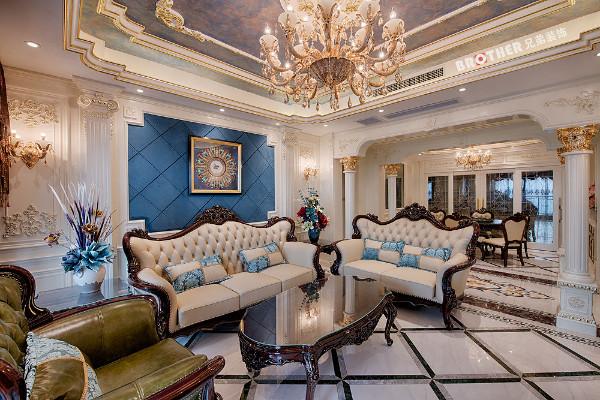 本案例客厅餐厅之间是过道,所以在过道利用4根罗马柱加以装饰,叠级的吊顶让空间更显层次,繁复而精细,拼花的融入更显大气,精准传达了法式风格的优柔华贵气质。