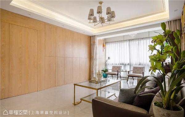 闲美客厅  转进客厅,主墙以木皮创造一种相对温润舒适的感受,沙发旁植栽则为场域捎来一股隽永清新感受。