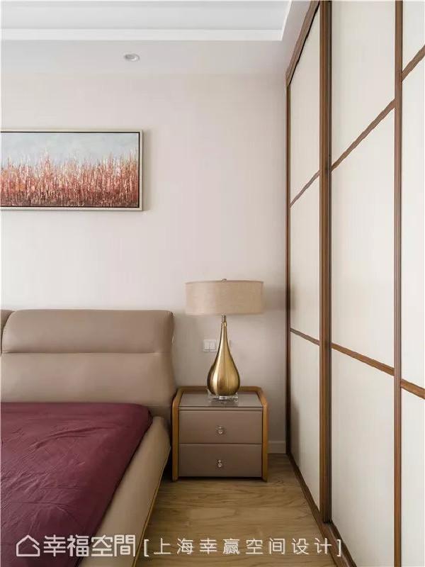 格纹藏韵  主卧房内一道木制格状立面流露着东方人文感,也为整个素色材料的天地壁中添入几许线条意趣。