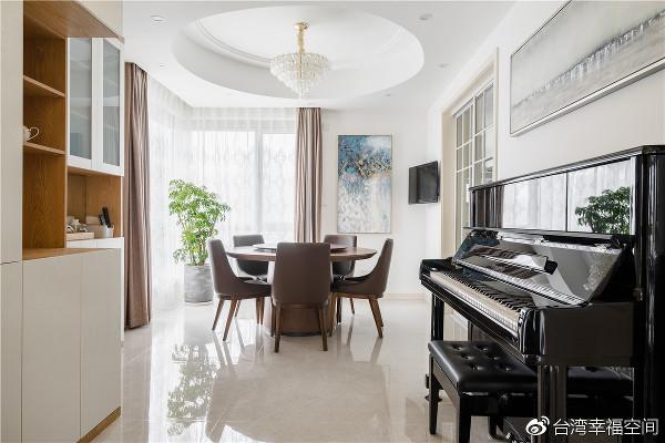 幸福间奏  长向轮廓的公共区域,设计在客餐厅之间的过渡置入一架黑色钢琴,为平凡无奇的走道创造悠扬音律,在空间谱出完美间奏。