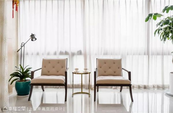 窗光如画  在自然光漫撒下,搁放窗边的两张单椅、一盆翠绿植栽与落地灯,彼此共构出一幅好似静物画的美景。