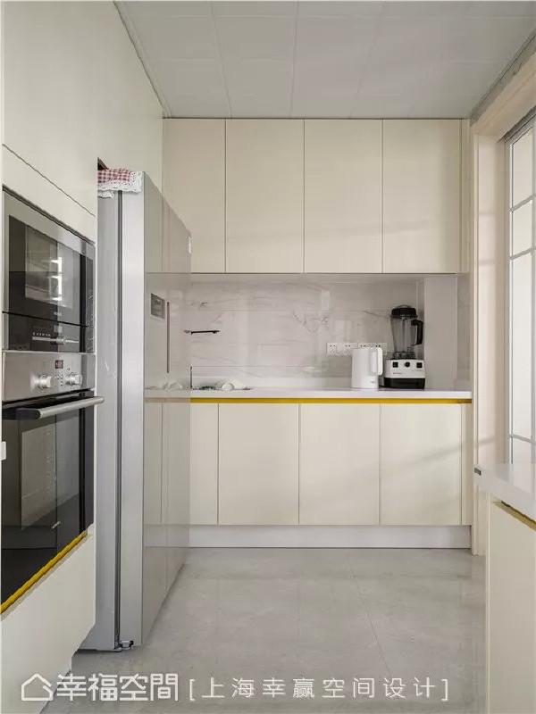 纯净厨房  与餐厅毗邻的半开放式厨房空间以米白色为基底,视觉上显得纯净简单,以透明拉门区隔空间,保持整体通透感,又能阻隔烹饪的油烟。